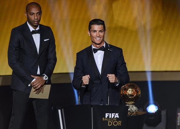Cristiano Ronaldo recibiendo el Balón de Oro 2014. (FABRICE COFFRINI / AFP / Getty Images)