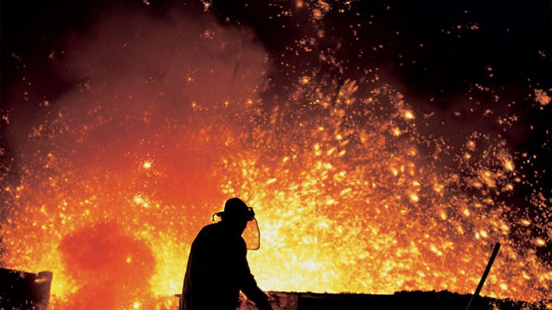 Foto ilustrativa del trabajo en los hornos de una industria siderúrgica. (Foto: Wikipedia Commons)