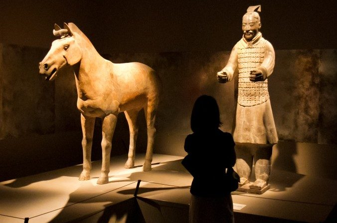 Las estatuas de los guerreros de terracota de 210-209 a. C. que fueron enterrados con el emperador Qin, el primer emperador de China, están en exhibición junto con otros artefactos encontrados en Times Square en el Museo Discovery el 15 de mayo de 2012. (Benjamin Chasteen / La Gran Época)