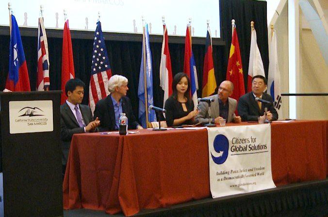 Un panel de cinco miembros habla en un seminario de derechos humanos en la Universidad Estatal de San Marcos en California, California, el 1 de octubre (Andrew Li / La Gran Época)