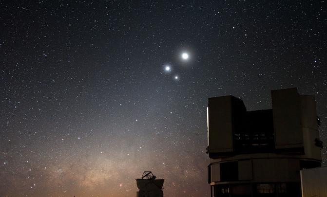 (La brillante conjunción de la Luna, Venus y Júpiter sobre un cielo estrellado en el observatorio del Cerro Paranal (Chile). / ESO/Y. Beletsky)