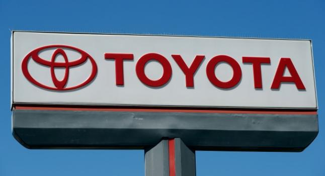 El logo de Toyota Motor Corp. se exhibe en un concesionario de automóviles el 11 de abril de 2013 en Los Ángeles, California (EE.UU.). (Foto de Kevork Djansezian/Getty Images)