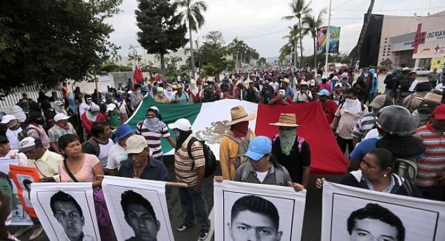 Los estudiantes, campesinos y otras personas se manifiestan en contra de la masacre a los 43 estudiantes mexicanos desaparecidos, en las proximidades del aeropuerto de Acapulco, en el estado mexicano de Guerrero del Estado, el 10 de noviembre de 2014. (Foto: Pedro PARDO/AFP/Getty Images)