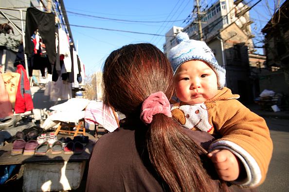 Una madre y su bebé en Shanghai. (Lucas Schifres/Getty Images)