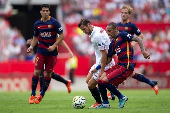 Neymar JR. (D) del FC Barcelona compite por el balón con Grzegorz Krychowiak (I) del Sevilla FC  en el Estadio Ramon Sanchez Pizjuan. (Gonzalo Arroyo Moreno/Getty Images)