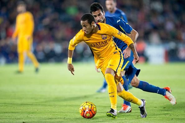 Neymar JR, del FC Barcelona, compite por el balón contra Juan Antonio Rodrguez, del Getafe CF. (Gonzalo Arroyo Moreno/Getty Images)