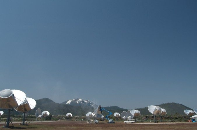 El telescopio Allen Array en California, es una matriz de radio telescopio dedicada a observaciones astronómicas y a la búsqueda simultánea de inteligencia extraterrestre. (Colby Gutierrez-Kraybill/Wikimedia Commons)