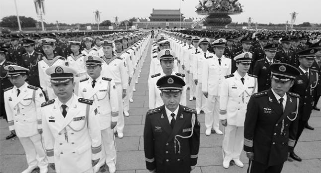 Oficiales y soldados militares chinos en la plaza de Tiananmen, Beijing, el 30 de septiembre de 2014. Un sistema de corrupción de larga duración ha permitido a los oficiales del ejército chino beneficiarse con el mercado negro y los abusos a los derechos humanos. (STR/AFP/ Getty Images)