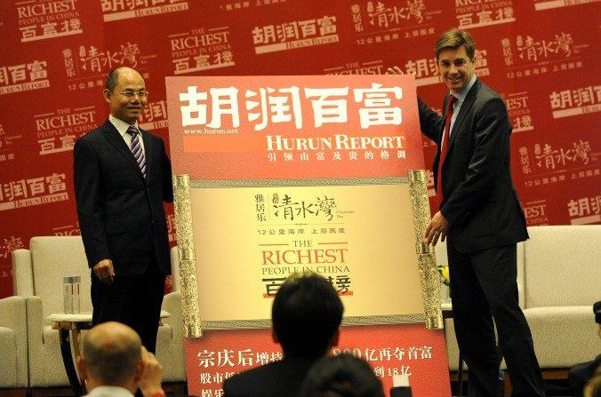 Rupert Hoogewerf (derecha), más conocido como Hurun, anuncia la lista de los más ricos de China en Beijing el19 de octubredel 2012. (Wang Zhao / AFP / Getty Images)