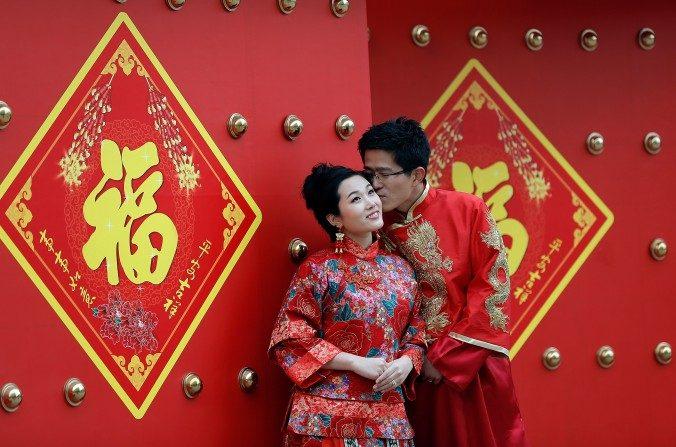 Una pareja vestida con trajes tradicionales chinos se toman retratos de boda en el Día de San Valentín el14 de febrerodel 2013 en Beijing, China. (Lintao Zhang / Getty Images)