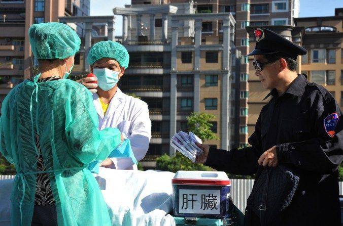 Practicantes de Falun Gong representan una escena de robo de órganos humanos para vender, durante una manifestación en Taipéi, el 20 de julio de 2014. (Mandy Cheng / AFP / Getty Images)