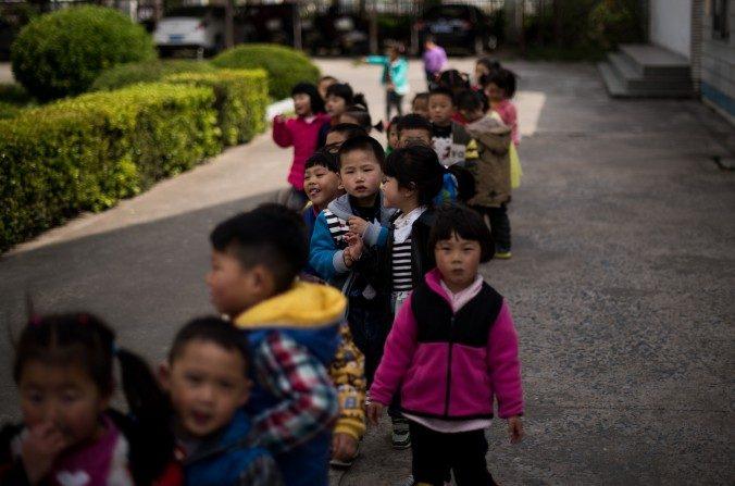Niños en el patio de la escuela en Rudong, provincia de Jiangsu, el17 de abrildel 2015. (JOHANNES EISELE / AFP / Getty Images)
