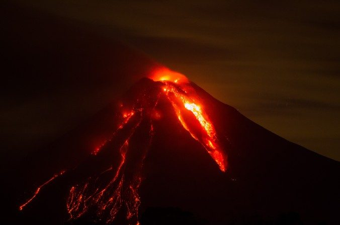 Imagen de archivo. Vista del volcán de fuego en erupción desde la comunidad de San Antonio, estado de Colima, México, el 12 de julio de 2015. (HECTOR GUERRERO/AFP/Imágenes Getty)