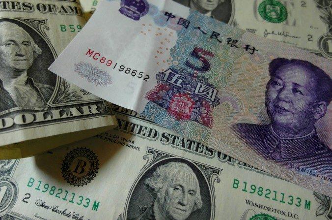 Billetes de yuanes y dólares estadounidenses en Yichang, provincia de Hubei en China, el 14 de agosto. (STR/AFP/Getty Images)