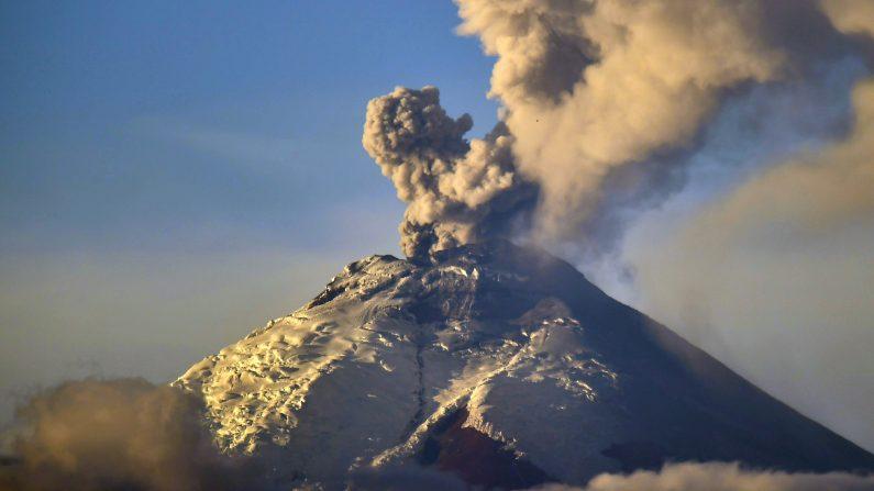 """Fotografía tomada desde Quito del volcán escupiendo cenizas Cotopaxi en 08 de octubre de 2015. La actividad volcánica , que comenzó el 14 de agosto, después de 138 años de silencio , continuó con """"emisiones de vapor y una carga moderada de ceniza """", dijo el Ministerio de Seguridad del país. AFP PHOTO / RODRIGO BUENDIA ( Photo credit should read RODRIGO BUENDIA / AFP / Getty Images )"""