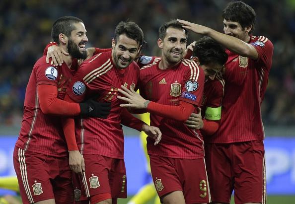 Jugadores de España celebran después de anotar durante el partido de calificación de la Euro 2016 entre Ucrania y España en el estadio Olympiysky en Kiev el 12 de octubre de 2015. (Anatolii STEPANOV / AFP / Getty Images)