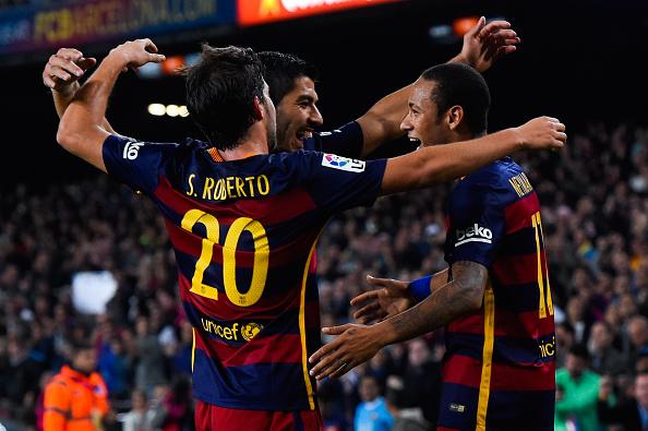 Neymar (Der.) de Barcelona FC celebra con sus compañeros Luis Suarez (Cen.) y Sergio Roberto luego de convertir el tercer gol durante el partido contra el Rayo Vallecano por la Liga BBVVA, en el ESTADIO Camp Nou el 17 de octubre de 2015 en Barcelona, España.  (David Ramos/Getty Images)