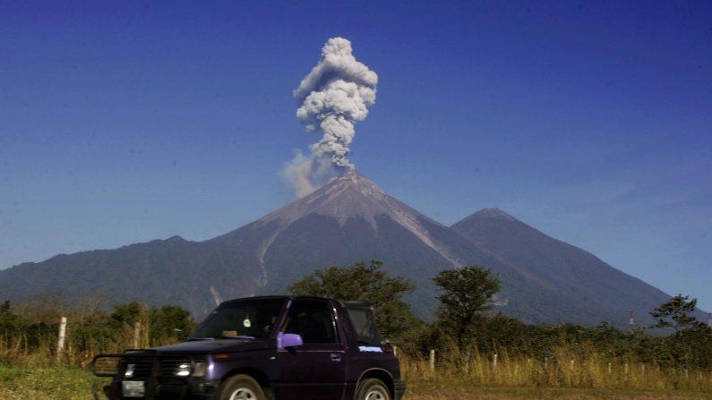 Viaje en coche cerca del Volcán de Fuego ( Volcán de Fuego ) , ubicada 3,763 m sobre el nivel del mar en la frontera Escuintla - Sacatepéquez, a unos 60 kilómetros de la Ciudad de Guatemala , 25 de diciembre de 2007. AFP PHOTO / Orlando SIERRA ( Photo credit should read ORLANDO SIERRA / AFP / Getty Images)