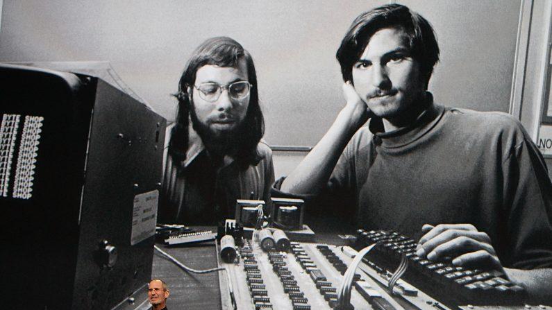 Steve Jobs habla durante un evento especial de Apple en Yerba Buena Center for the Arts 27 de enero 2010 en San Francisco, California. Apple presentó su última creación, el iPad, un dispositivo de navegación tablet móvil que es un cruce entre el iPhone y un ordenador portátil MacBook. (Foto de Justin Sullivan / Getty Images )