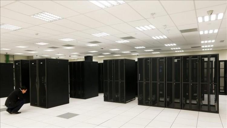 Un hombre revisando una estructura en la sala de computación del nuevo centro tecnológico de la empresa IBM. (EFE/ARCHIVO vía US Hispanic)