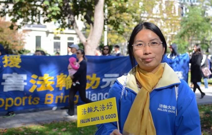 Zhen Dong comparte su historia de encarcelamiento y tortura en China por practicar Falun Gong. Ella participó en una marcha por las calles de Toronto, en apoyo a otras personas que han enfrentado un destino similar en China. (Matthew Little / La Gran Época)