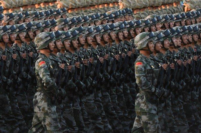Soldados chinos ensayan para un desfile militar en la Plaza Tiananmen, 3 de septiembre de 2015. (Greg Baker/AFP/Getty Images)