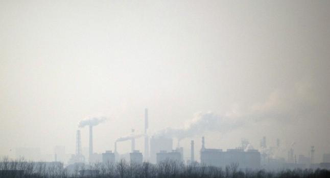 Humo se eleva en el aire desde una planta química cerca de Hengshui en la provincia de Hebei, China. (Foto: Fred Dufour/AFP/Getty Images)