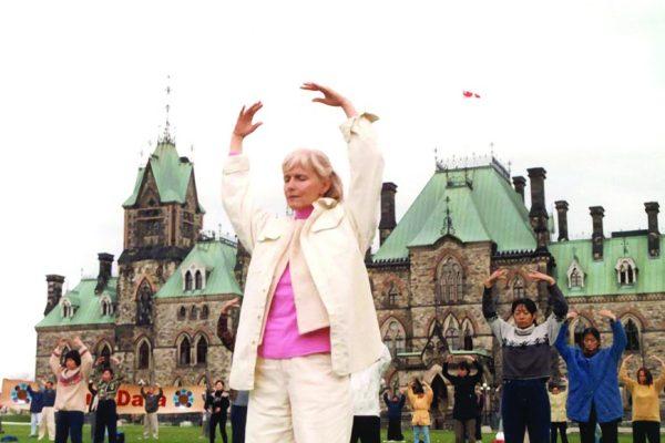 Segundo ejercicio de Falun Dafa (Estaca Parada Falun).