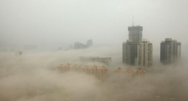 Edificios envueltos en la niebla de humo el 8 de diciembre de 2013, en Lianyungang, China.  (Foto: ChinaFotoPress / Getty Images)