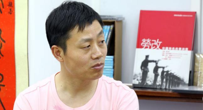 """Du Bin relata los crímenes cometidos en el Campo de Trabajo de Masanjia en su nuevo libro """"The Roar of Masanjia"""" (El clamor de Masanjia). (Poon Zaishu/Epoch Times)"""