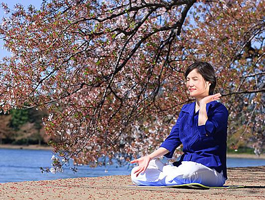 Quinto ejercicio de la disciplina espiritual de la Escuela Buda, Falun Dafa, la cual ayuda a aumentar la energía vital de cuerpo.