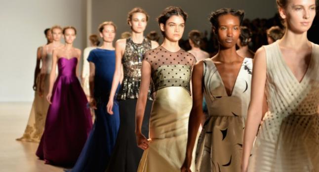 Modelos desfilaron el 9 de febrero de 2014 por la pasarela de modas Lela Rose, durante la Semana de la Moda Mercedes-Benz Otoño 2014, en el Artes Escénicos del Lincoln Center, en la ciudad de Nueva York. (Andrew H. Walker/Imágenes Getty)