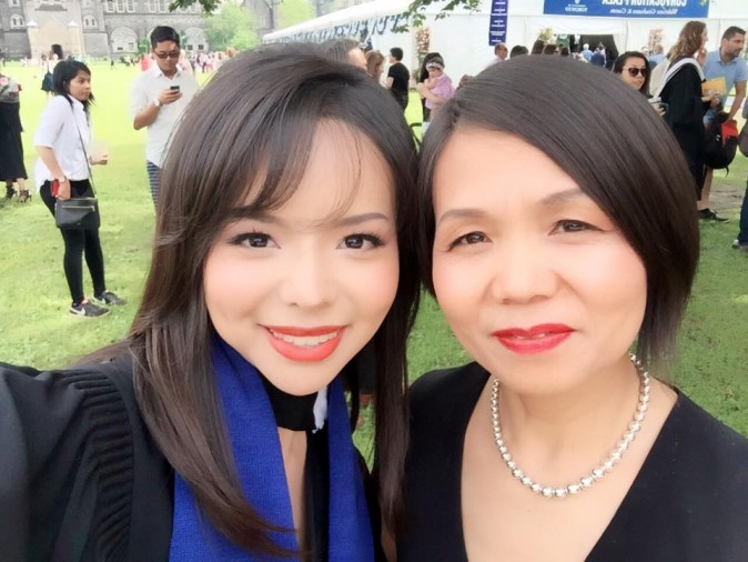 Anastasia Lin con su madre, el día de su graduación en Canadá.