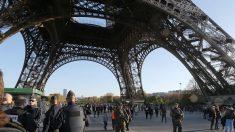 Evacúan la Torre Eiffel por la presencia de un hombre escalando su estructura