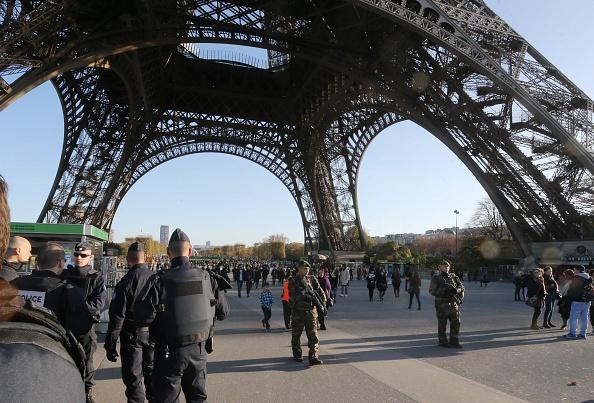 La Torre Eiffel está cerrada por razones de seguridad y custodiada por la policía. (Xavier Laine/Getty Images)
