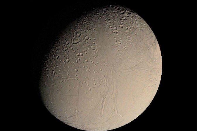 Encélado, luna de Saturno. Si este satélite helado tiene respiraderos hidrotermales activos como la Tierra, podría ser un indicador que este podría sustentar vida. (NASA/JPL/USGS)