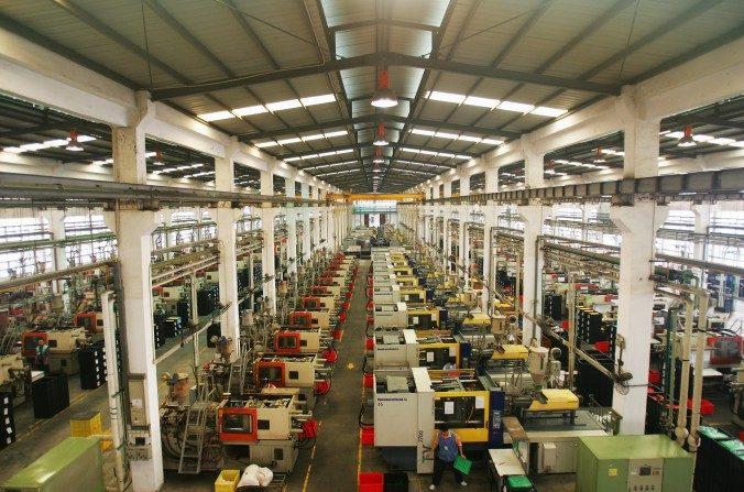 Trabajadores de moldes plásticos de juguetes en la línea de producción de Dongguan Da Lang Wealthwise Plastic Factory en Dongguan, Guangdong, China, el 4 de septiembre de 2007. (Feng Li/Getty Images)