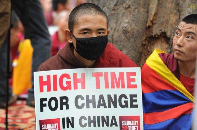 Monjes tibetanos sostienen pancartas durante una manifestación de protesta en Nueva Delhi el31 de enerodel 2013. El régimen chino ha desplegado un nuevo sistema de vigilancia, lo que hace que sea más difícil para los tibetanos poder escapar a Nepal. (Raveendran / AFP / Getty Images)