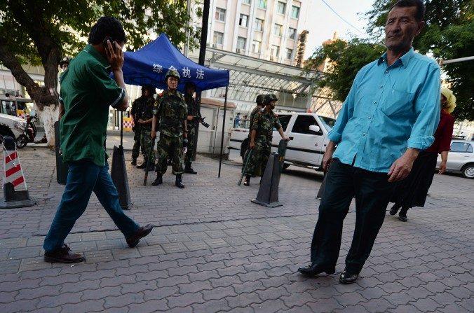 Policía paramilitar monta guardia en Urumqi, Xinjiang, luego de los ataques en París del 13 de noviembre.  (Mark Ralston/AFP/Getty Images)