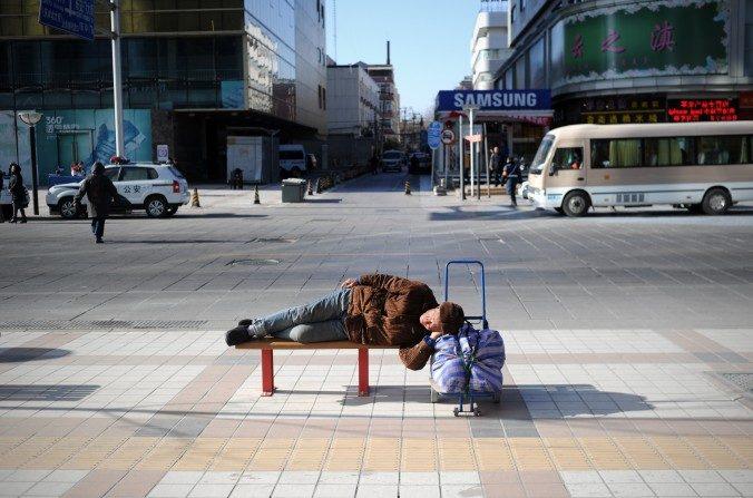 Un hombre mayor descansa en un banco en Beijing el 3 de enero de 2014. (Wang Zhao / AFP / Getty Images)