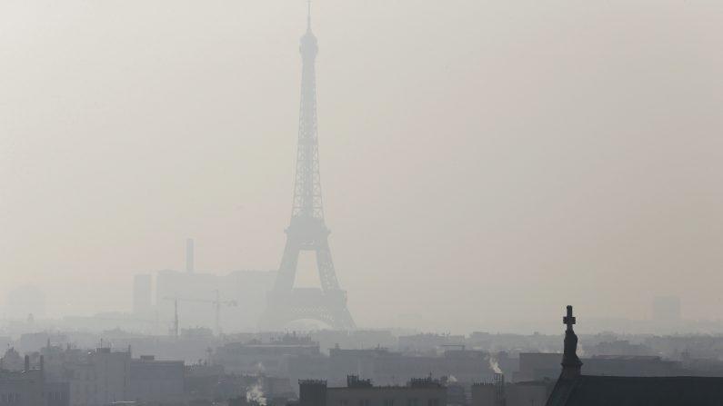 Una densa bruma cubría el cielo en París el 12 de febrero de 2015. (PATRICK KOVARIK/AFP/Getty Images)