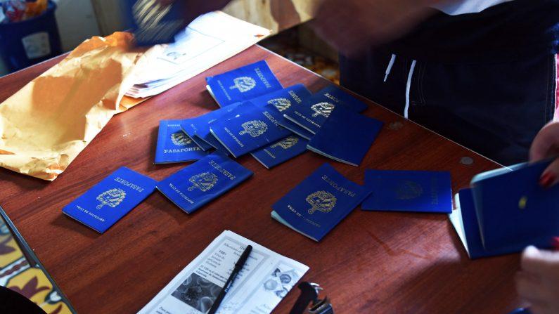 Pasaportes cubanos se ven en la oficina de inmigración en Puerto Obaldía, en la provincia Guna Yala, a 300 km al sureste de la ciudad de Panamá el 15 de mayo de 2015. Cientos de cubanos cruzan todos los meses de la frontera con Colombia a Puerto Obaldía en los barcos en su camino a los EE.UU. (Photo credit should read RODRIGO ARANGUA / AFP / Getty Images)