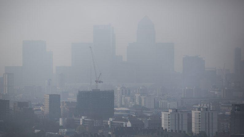 Una vista general del smog del distrito financiero de Canary Wharf, el 2 de abril de 2014 en Londres, Inglaterra. . (Photo by Dan Kitwood/Getty Images)