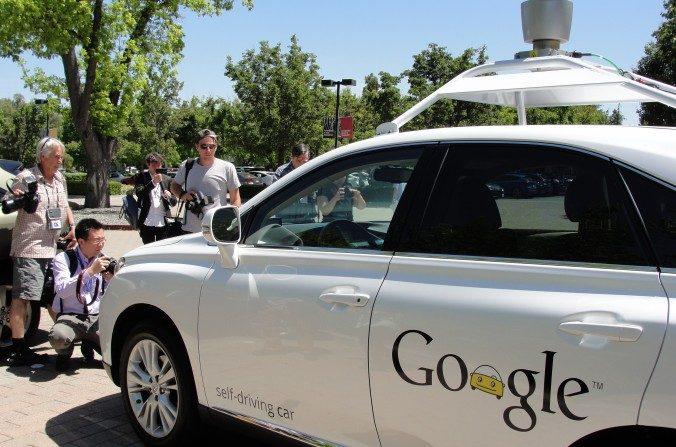 Un coche de auto-conducción de Google fue visto en Mountain View, California, el 13 de mayo de 2014. (Glenn Chapman/AFP/Imágenes Getty)