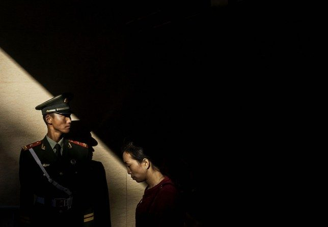 Un oficial de la policía militar chino hace guardia en un túnel subterráneo el 1 de octubre de 2015, en Beijing. (Kevin Frayer / Getty Images)