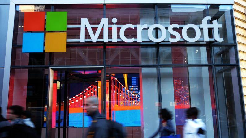La gente pasa frente a una oficina de Microsoft en Nueva York el 6 de octubre de 2015. (JEWEL SAMAD / AFP / Getty Images)