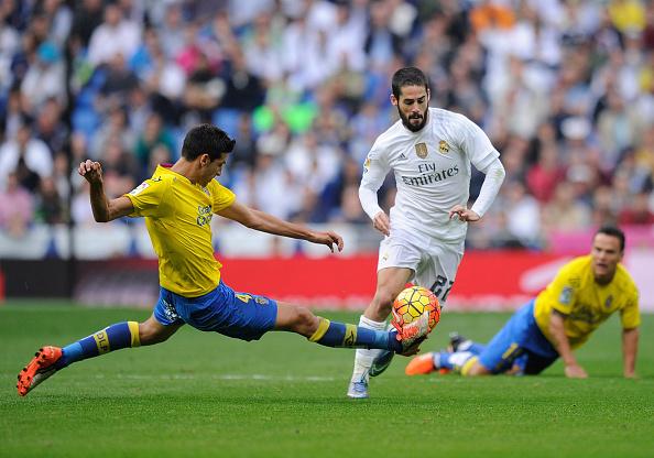 Isco del Real Madrid es abordado por Vicente Gómez de la UD Las Plamas durante el partido de Liga entre el Real Madrid CF y el UD Las Palmas en el Estadio Santiago Bernabéu el 31 de octubre de 2015, en Madrid, España. (Denis Doyle / Getty Images)