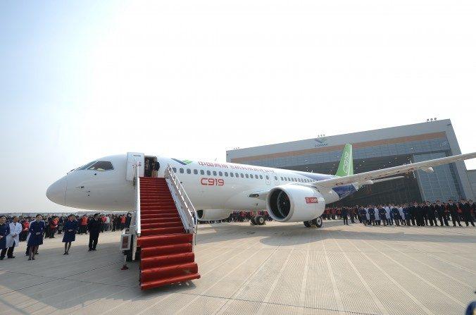 El primer gran avión propio de pasajeros desarrollado en China, el C919 es presentado después de que salió de la línea de producción en Shanghai Aircraft Manufacturing Co., Ltd en Shanghai el2 de noviembredel 2015. (ChinaFotoPress / Getty Images)