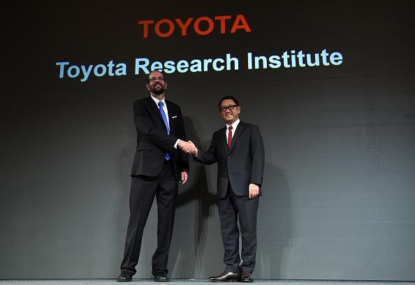 El presidente de Toyota Motor Corporation (TMC) Akio Toyoda (D) estrecha la mano con Gill Pratt (I), CEO de Toyota Research Institute Inc. (TRI) durante una conferencia de prensa en Tokio en 06 de noviembre de 2015.       (TOSHIFUMI KITAMURA/AFP/Getty Images)