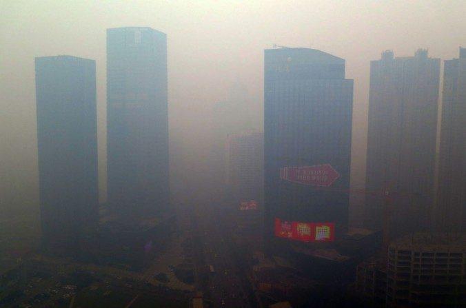 Imagen del 8 de noviembre de 2015 de la ciudad de Shenyang, en la provincia de Liaoning, cubierta de smog. (STR/AFP/Getty Images)